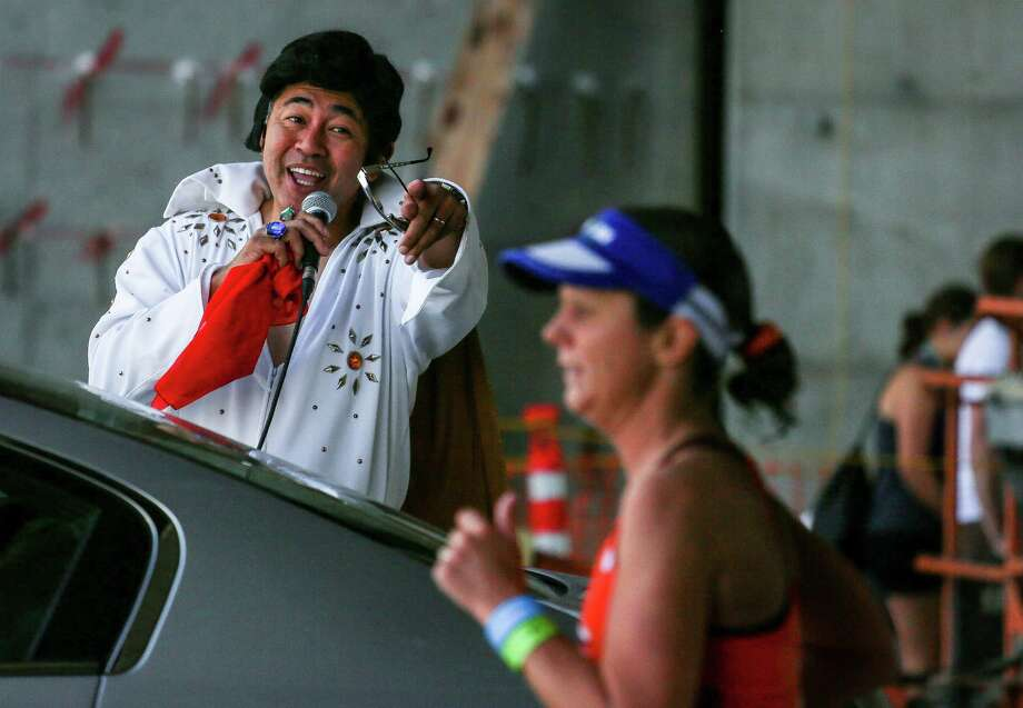 An Elvis impersonator cheers on runners. Photo: JOSHUA BESSEX, SEATTLEPI.COM / SEATTLEPI.COM
