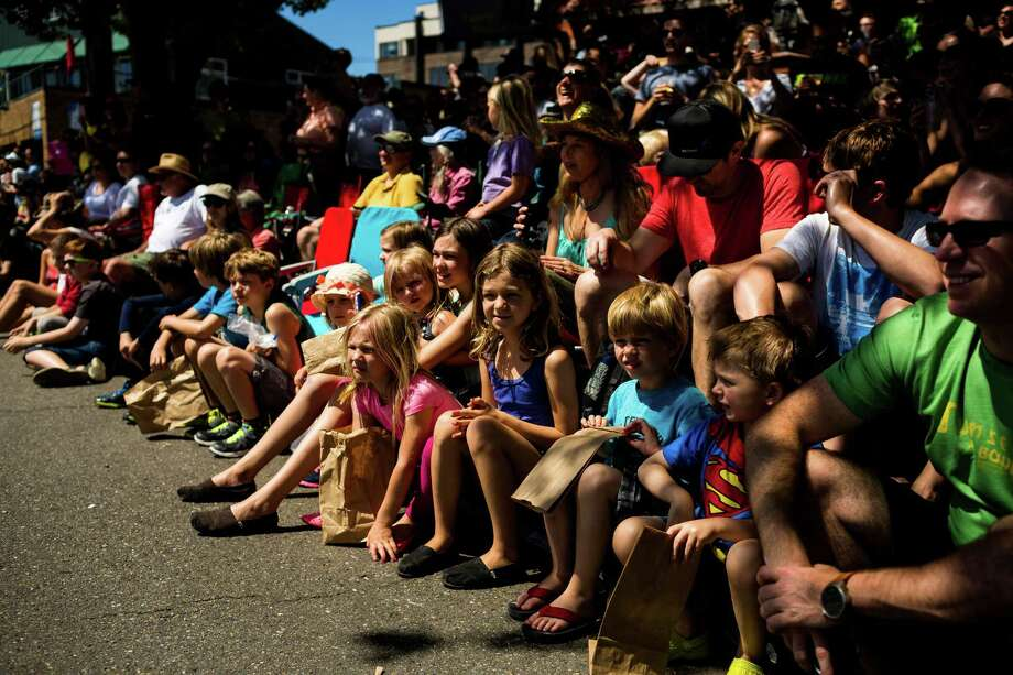 Children watch the parade from the sidewalk. Photo: JORDAN STEAD, SEATTLEPI.COM / SEATTLEPI.COM