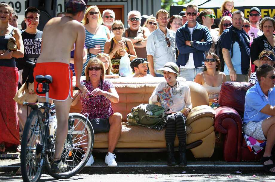 Spectators react as a partially nude cyclist approaches. Photo: JOSHUA TRUJILLO, SEATTLEPI.COM / SEATTLEPI.COM