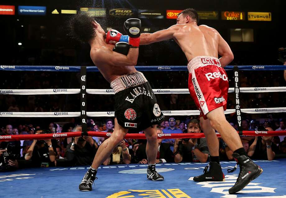 Robert Guerrero (right), landing a left cross against Yoshihiro Kamegai, won by unanimous decision in a welterweight bout. Photo: Stephen Dunn, Getty Images