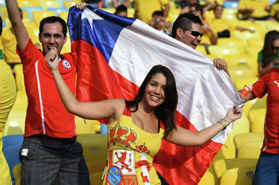 RIO DE JANEIRO, BRAZIL - JUNE 18:  Chile fans cheer prior to the 2014 FIFA World Cup Brazil Group B match between Spain and Chile at Maracana on June 18, 2014 in Rio de Janeiro, Brazil. Photo: Matthias Hangst, Getty Images / 2014 Getty Images