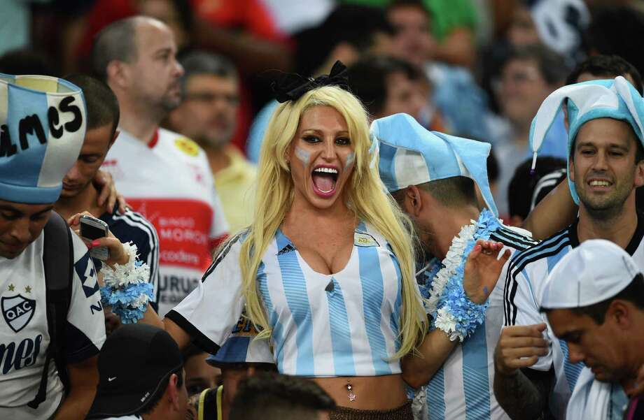 RIO DE JANEIRO, BRAZIL - JUNE 15:  Argentina fans cheer prior to the 2014 FIFA World Cup Brazil Group F match between Argentina and Bosnia-Herzegovina at Maracana on June 15, 2014 in Rio de Janeiro, Brazil. Photo: Matthias Hangst, Getty Images / 2014 Getty Images