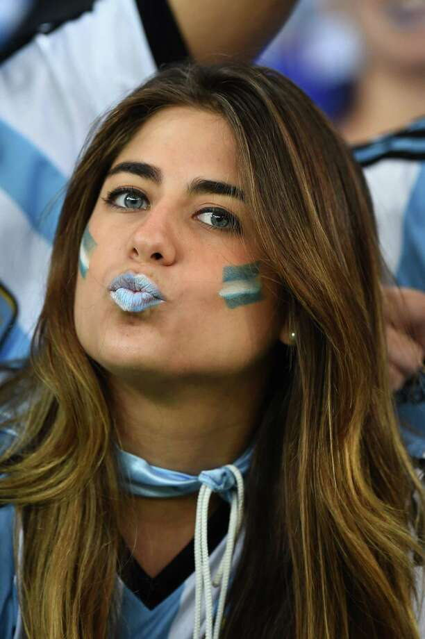 RIO DE JANEIRO, BRAZIL - JUNE 15:  An Argentina fan blows a kiss during the 2014 FIFA World Cup Brazil Group F match between Argentina and Bosnia-Herzegovina at Maracana on June 15, 2014 in Rio de Janeiro, Brazil. Photo: Matthias Hangst, Getty Images / 2014 Getty Images