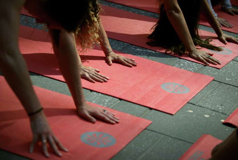 People practicing yoga. Photo: Yana Paskova, Getty / 2014 Getty Images
