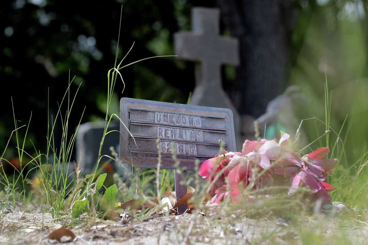 """A marker with """"Unknown Remains"""" marks the grave of an unidentified immigrant, Wednesday, June 25, 2014, at a cemetery in Falfurrias, Texas. Officials in Brooks county have voted unanimously to move forward with a preliminary inquiry into the mishandled burials of unidentified immigrants who perished over the years on their way north.(AP Photo/Eric Gay)"""