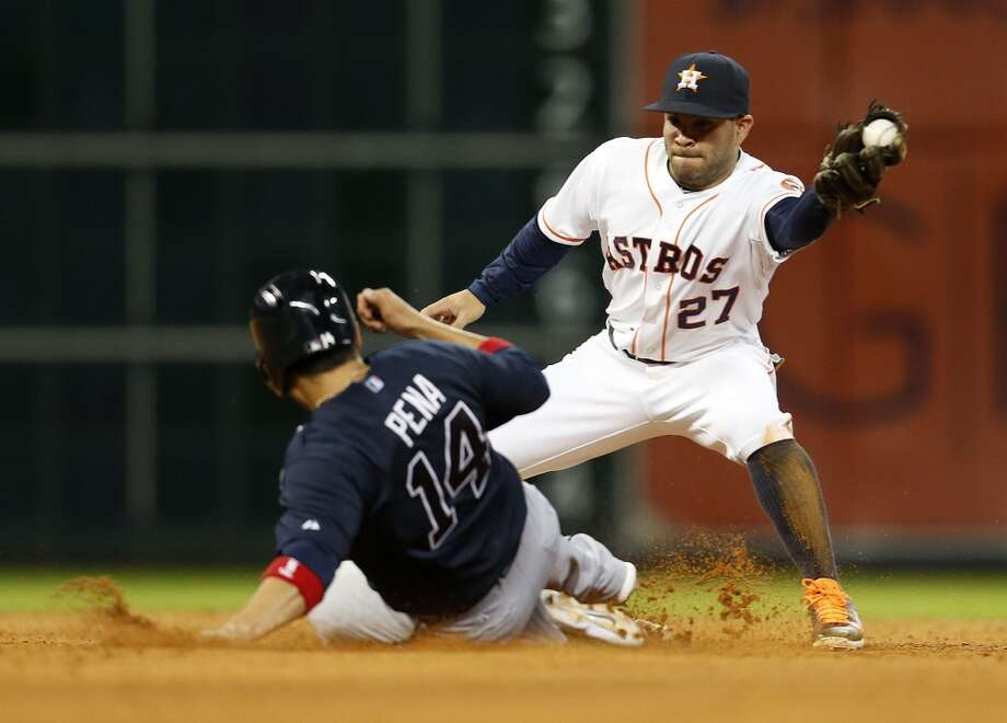 Atlanta's Ramiro Pena (14) is caught stealing second base by second baseman Jose Altuve (27) during the eighth inning. Photo: Karen Warren, Houston Chronicle