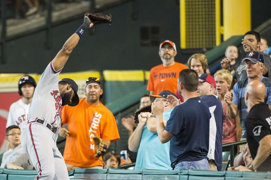 Braves right fielder Jason Heyward (22) makes the catch on a foul ball off the bat of Astros designated hitter Chris Carter during the eighth inning. Photo: Smiley N. Pool, Houston Chronicle