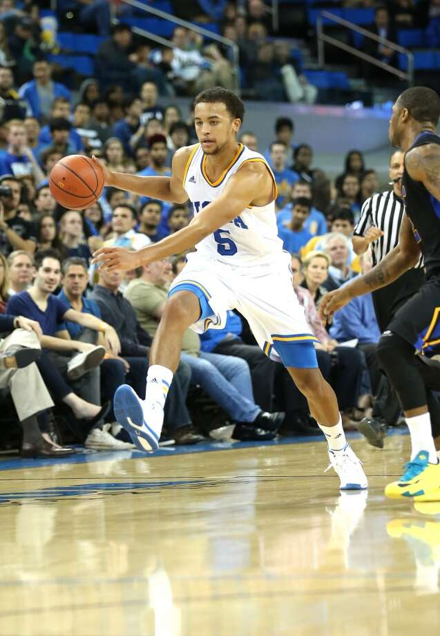 Kyle Anderson #5 of the UCLA Bruins drives against the Morehead State Eagles at Pauley Pavilion on November 22, 2013 in Los Angeles, California.   UCLA won 81-70. Photo: Stephen Dunn, Getty Images