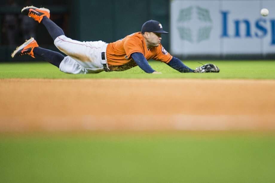 Jose Altuve can't get to a single during the 10th inning. Photo: Smiley N. Pool, Houston Chronicle
