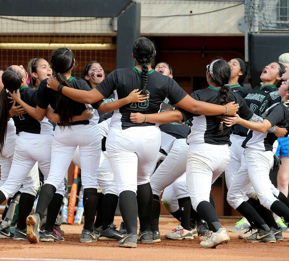 Southwest performs a team cheer before its Class 5A state semifinal game against The Woodlands on May 30 at McCombs Field in Austin. Photo: Marvin Pfeiffer / San Antonio Express-News / Express-News 2014