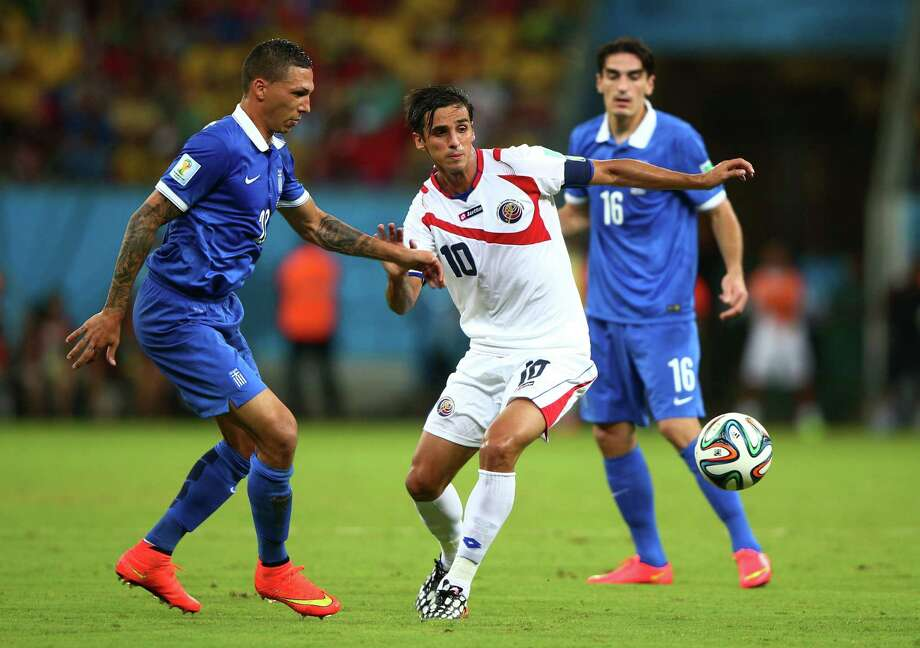 RECIFE, BRAZIL - JUNE 29: Bryan Ruiz of Costa Rica controls the ball against Jose Cholevas of Greece during the 2014 FIFA World Cup Brazil Round of 16 match between Costa Rica and Greece at Arena Pernambuco on June 29, 2014 in Recife, Brazil. Photo: Ian Walton, Getty Images / 2014 Getty Images