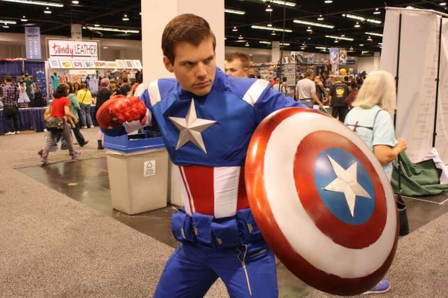 Captain America 1This is a pretty good replica of the costume. Even the pose is epic. Photo: Http://collider.com/cosplay-new-york-comic-con-images/