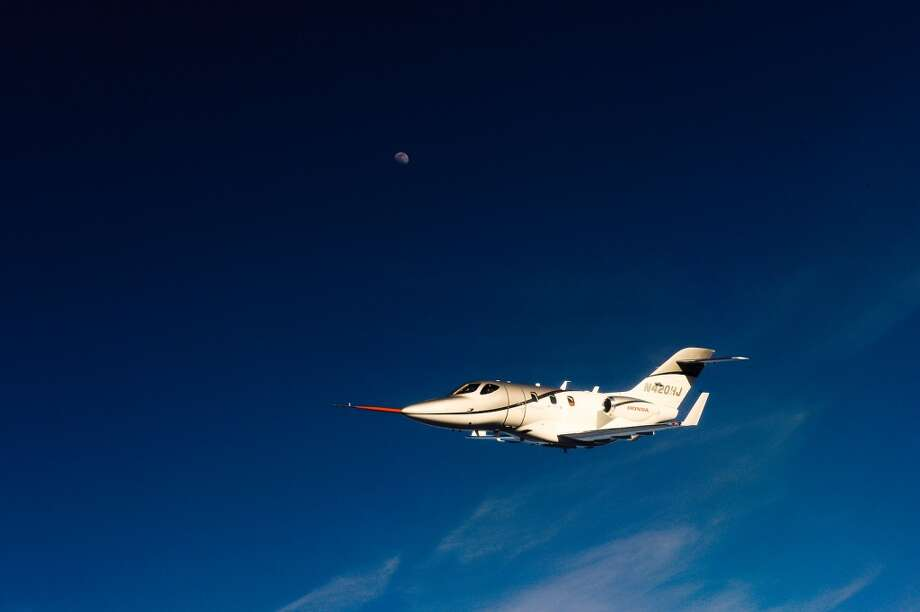 The FAA-conforming HondaJet has now achieved maximum speed (425 KTAS / 489 mph), operating altitude (43,000 ft.) and climb (3,990 ft./min.) performances. Photo: Honda, Wieck