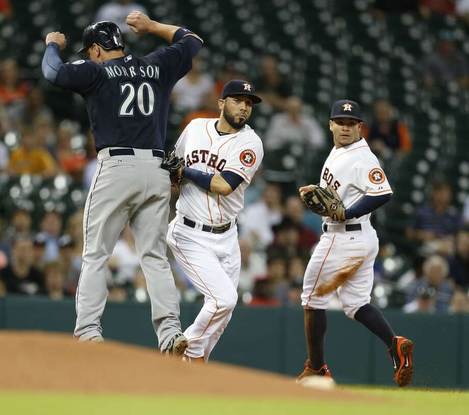 Mariners first baseman Logan Morrison (20) is tagged out on a rundown by Astros shortstop Marwin Gonzalez. Photo: Karen Warren, Houston Chronicle