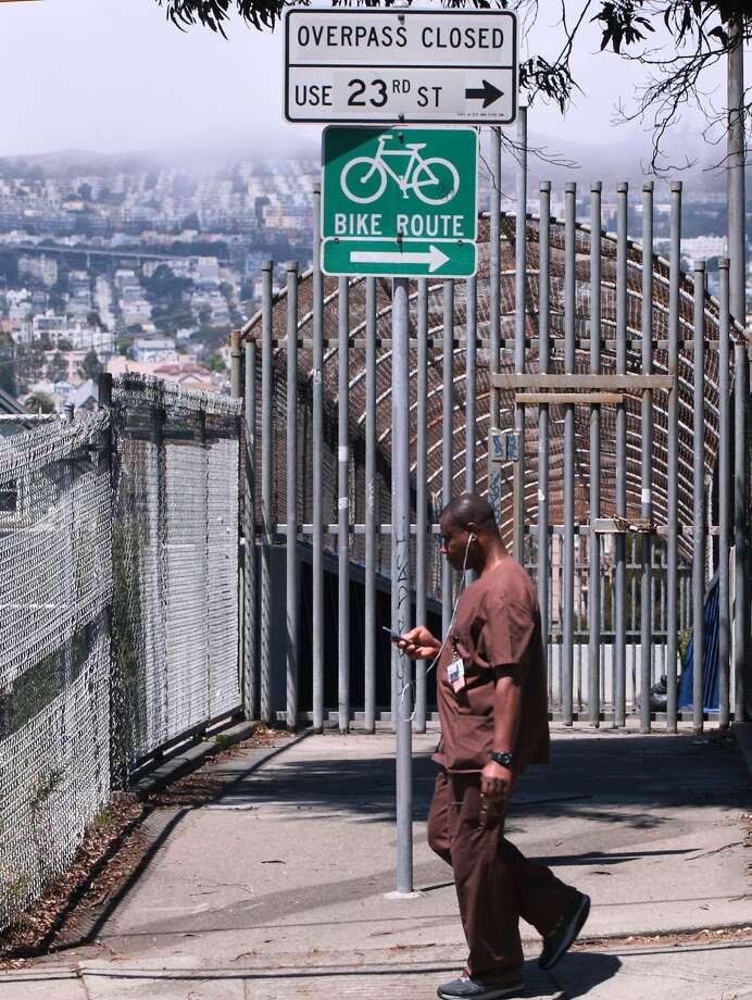 If the 25th Street footbridge over Highway 101 in San Francisco were open, it would offer convenient access for residents of Potrero Hill and the Mission District. Photo: Kevin N. Hume, The Chronicle