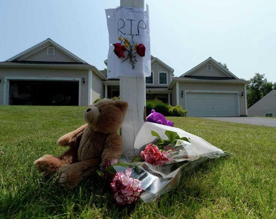 A small memorial is set up Wednesday afternoon July 2, 2014, on the front lawn of a house where a mother killed her two children and then herself Tuesday in East Greenbush, N.Y. (Skip Dickstein / Times Union) Photo: SKIP DICKSTEIN, ALBANY TIMES UNION