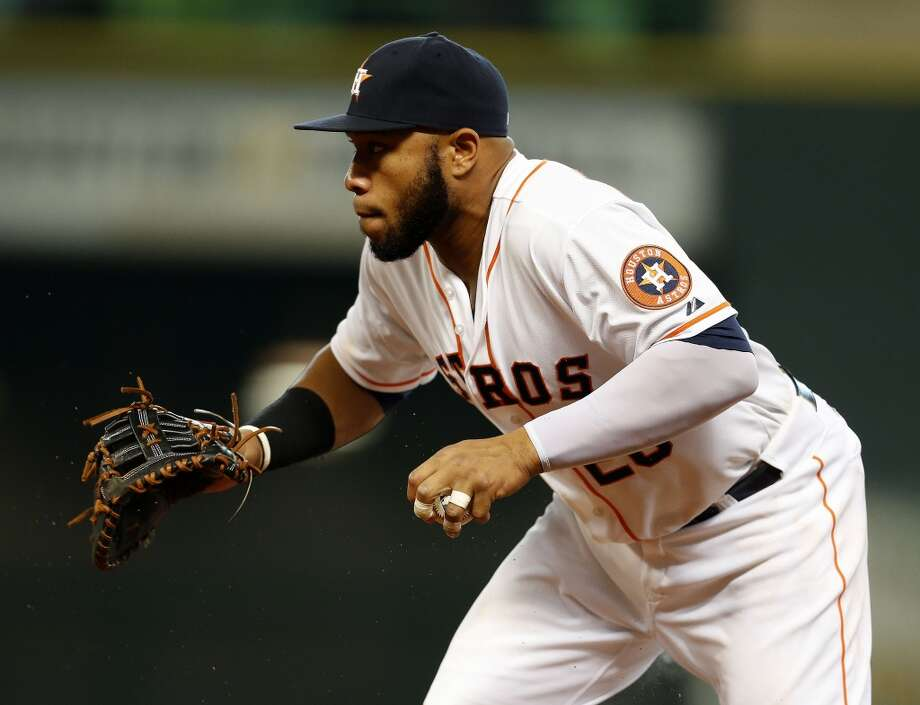 Astros first baseman Jon Singleton (28) runs to first on the ground out on Mariners right fielder Michael Saunders (55) during the eighth inning. Photo: Karen Warren, Houston Chronicle