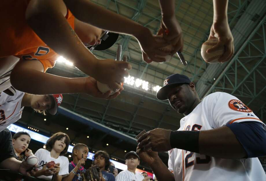 Astros designated hitter Chris Carter signs autographs before the game. Photo: Karen Warren, Houston Chronicle