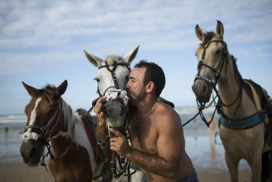 Not in front of the other horses, Sergio!You know how jealous they get. (Futuro beach in 