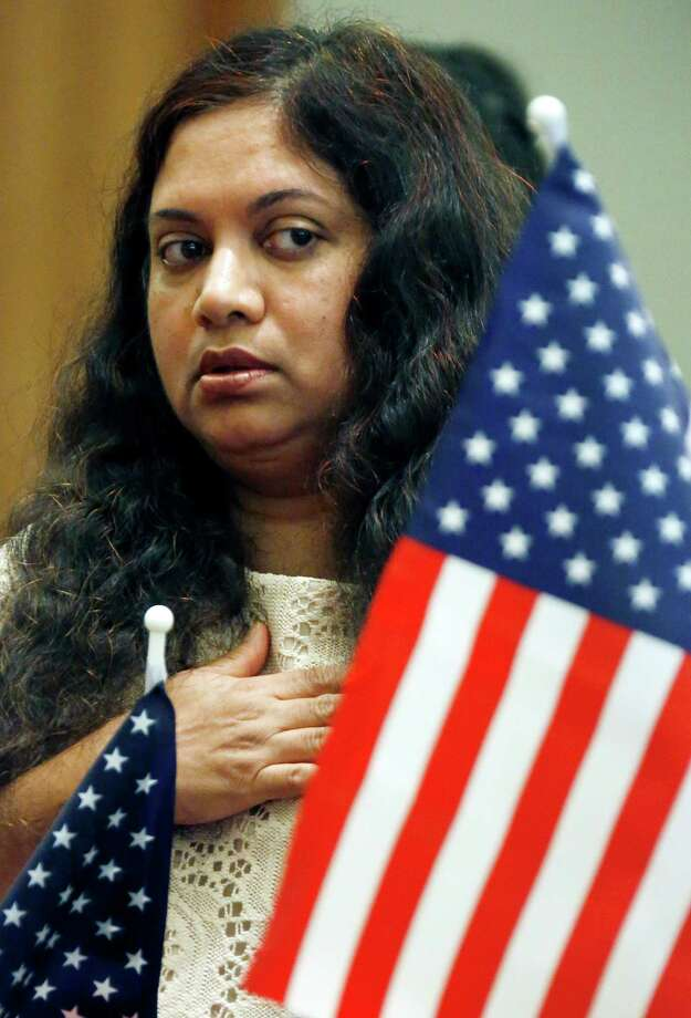 New American citizen Soma Dhar, former a citizen of Bangladesh, recites the Pledge of Allegiance during a naturalization ceremony at the federal courthouse in Jackson, Miss., Thursday, July 3, 2014. Photo: Rogelio V. Solis, Associated Press / AP