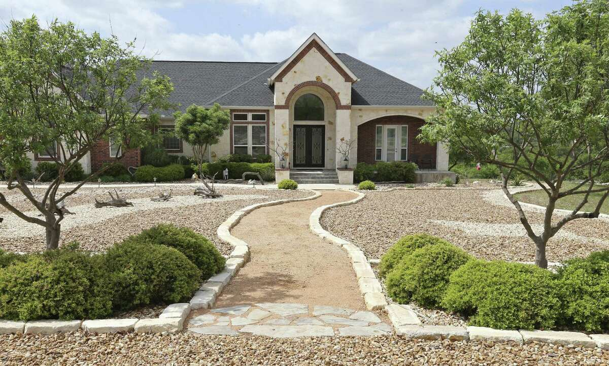 When Tanya and Jim Demanett moved from California, they selected a large lot north of New Braunfels for building a Hill Country contemporary home.