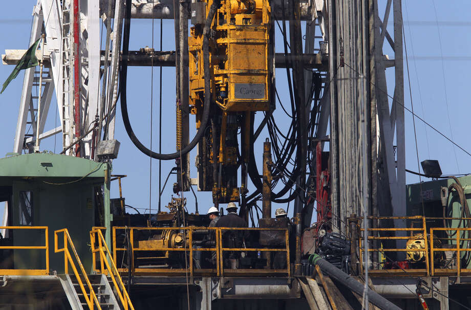 If the Federal Reserve increases interest rates, debt-dependent shale producers may see a flight of investor capital and find themselves short of cash. Photo: Express-News File Photo / jdavenport@express-news.net