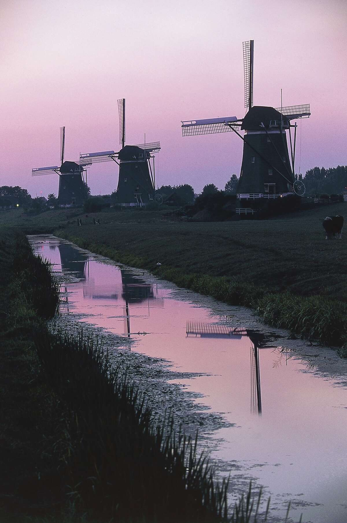 Windmills in a polder at sunset, Leidschendam, The Netherlands. (Photo by DeAgostini/Getty Images) NETHERLANDS - APRIL 08: Windmills in a polder at sunset, Leidschendam, The Netherlands. (Photo by DeAgostini/Getty Images)