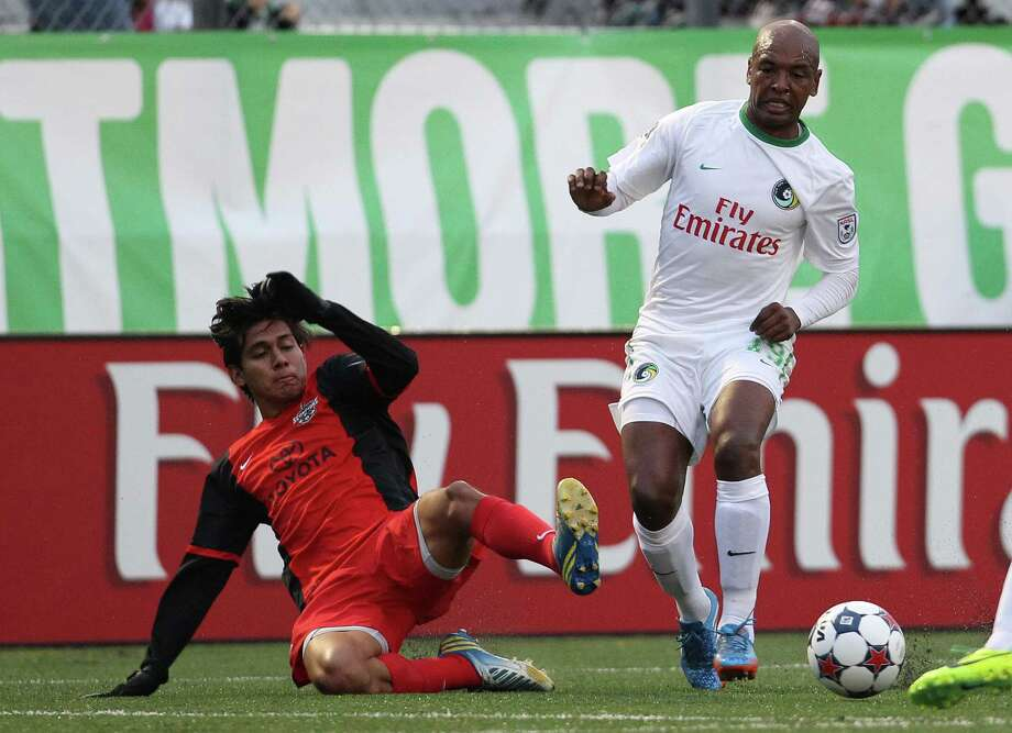 The Scorpions' Josue Soto (left) battles for the ball with the New York Cosmos' Marcos Senna in the NASL's spring season. Photo: New York Cosmos Via Getty Images / 2014 New York Cosmos