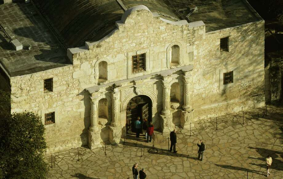A committee has been tasked with crafting a master plan for the redevelopment of Alamo Plaza. Photo: San Antonio Express-News / File Photo / gcalzada@express-news.net