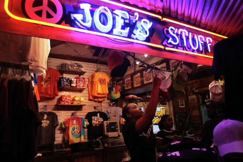 Landry's acquired the Joe's Crab Shack chain of three restaurants in 1994. By 2005, it began selling off the chain. Photo: Mayra Beltran, Hc / Houston Chronicle