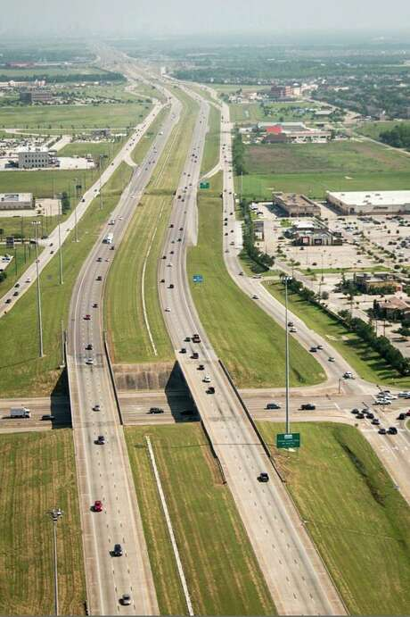 Brazoria County officials plan to add two toll lanes in each direction in the median of Texas 288, from County Road 58 north to the Harris County line. Photo is looking north along Texas 288 from Broadway in Pearland. Photo: Smiley N. Pool, Houston Chronicle