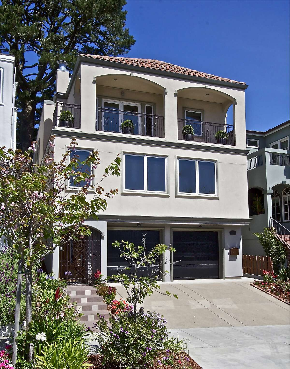 266 Magellan in Forest Hill sold for $2.939m