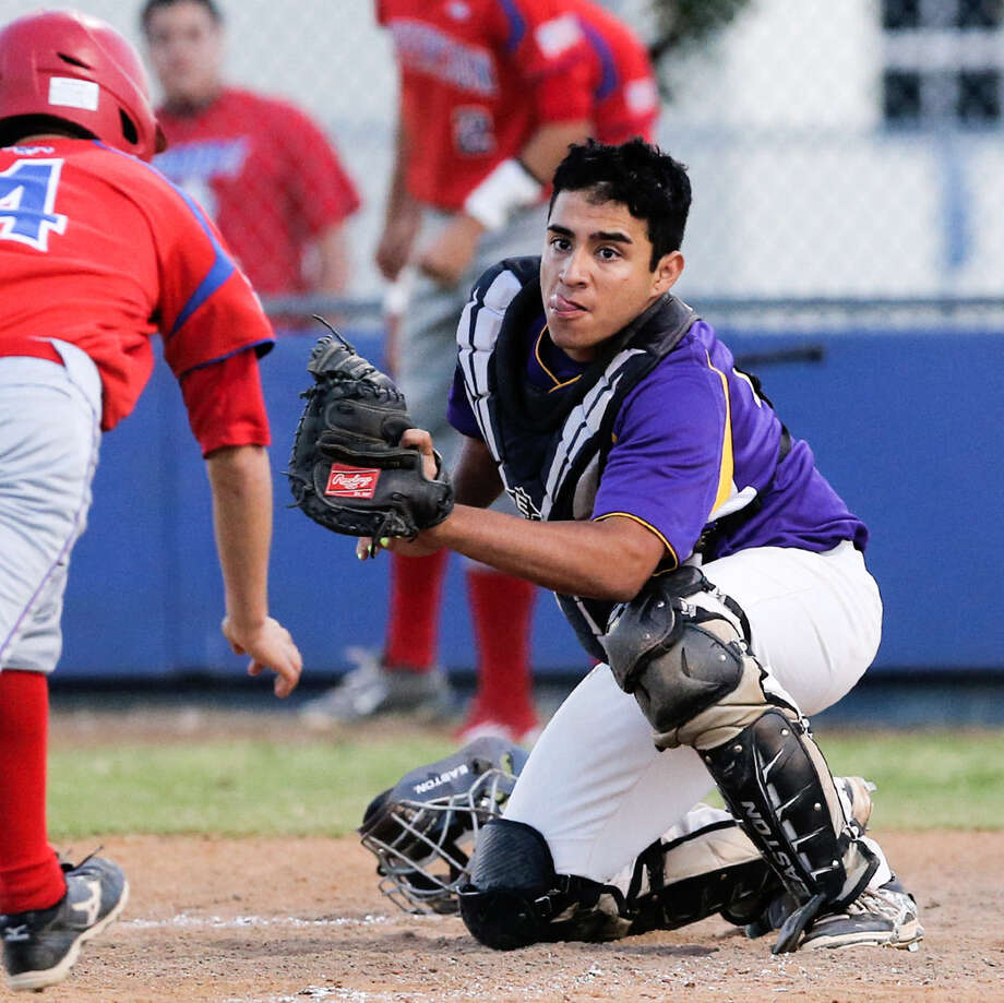 Brackenridge catcher Tristen Cortinas, right, waits to tag out Jefferson's Orlando Rodriguez April 15 at the SAISD Sports Complex. Photo: Marvin Pfeiffer / Southside Reporter / Express-News 2014