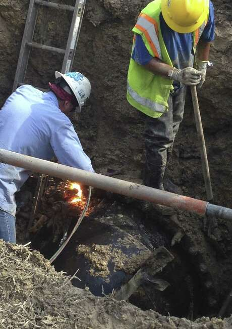 A San Antonio Water System crew works to rebuild a pipe junction that ruptured near Bitters Road and U.S. 281. Photo: Courtesy Photo