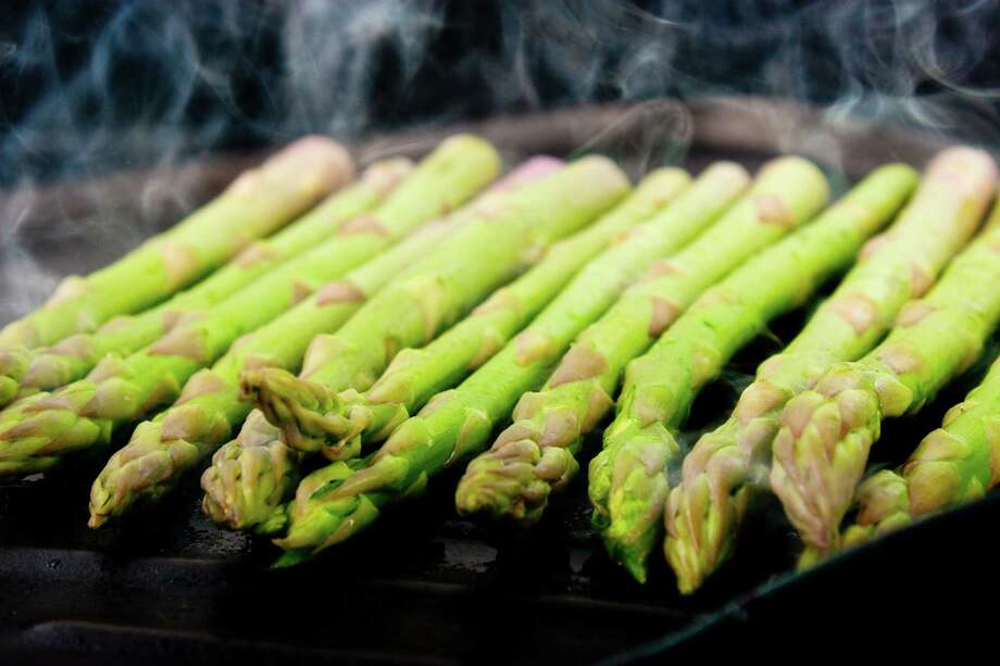 a handful of green asparagus cooking and steaming  on grill plate / fotolia Photo: Unknown / asife - Fotolia