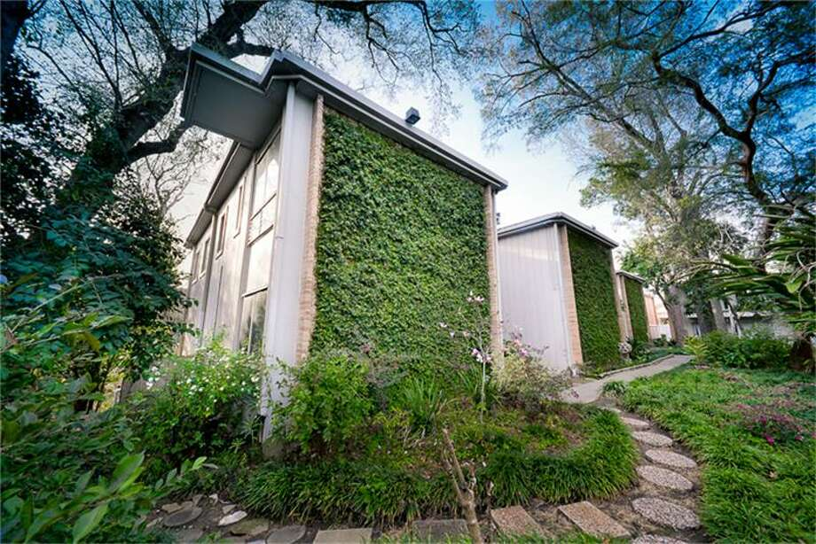8211 Katy: This 1961 condo in Houston has 1 bedroom, 1 bathroom, 828 square feet, and is listed for $95,000. Photo: Houston Association Of Realtors