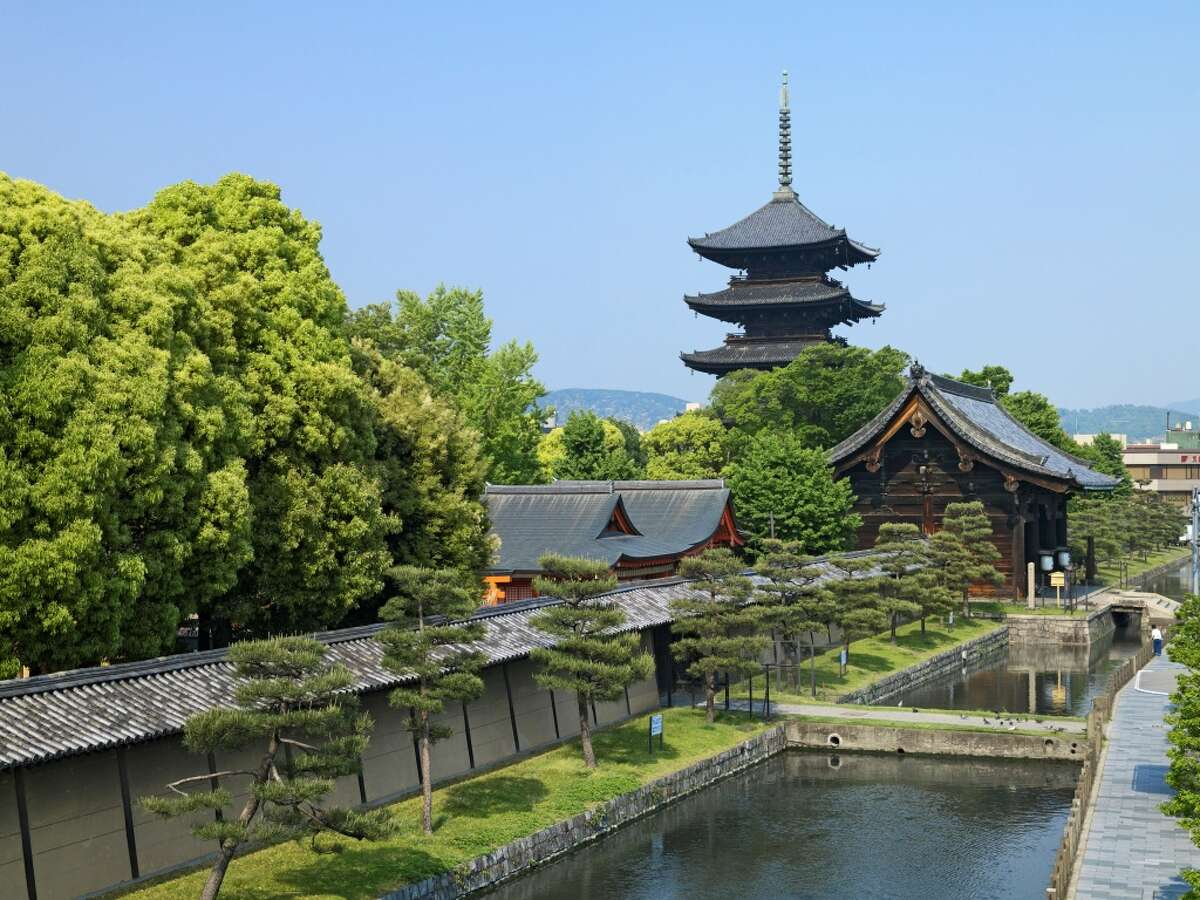 TRAVEL & LEISURE TOP 10 WORLD'S BEST CITIES 1. Kyoto, Japan:Japan's ancient imperial capital topped the travel magazine's