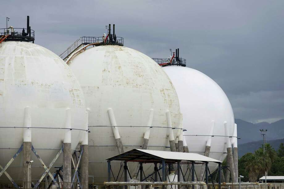 Petroleum Storage Tanks on Petrochemical Plant Photo: Sezer66 / iStockphoto