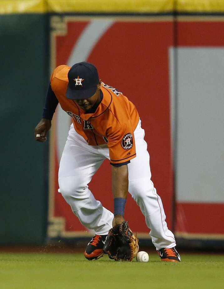 L.J. Hoes tries to field a single in the sixth inning. Photo: Karen Warren, Houston Chronicle