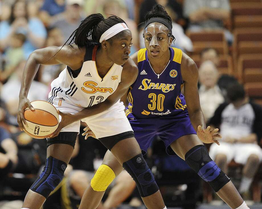Connecticut's Chiney Ogwumike (left) is guarded by her sister, Los Angeles' Nneka Ogwumike. Photo: Jessica Hill, Associated Press