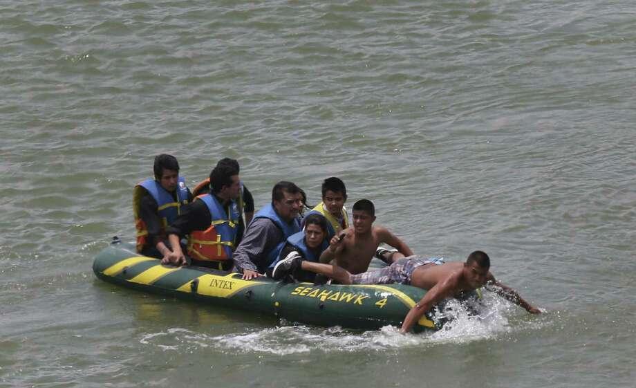 Inmigrantes cruzán el Rio Bravo cerca de Roma en el mes de junio. Desde octubre, la Patrulla Fronteriza del Valle Rio Grande han aprehendido 180,000 personas ilegalmente cruzando el rio. Photo: Jerry Lara / San Antonio Express-News / ©2014 San Antonio Express-News