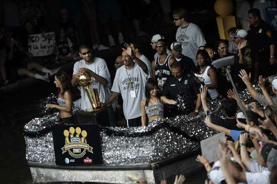 METRO - Tim Duncan, left, and Bruce Bowen, right, ride by fans near the Commerce Street bridge during the Spurs NBA Championship river parade on Sunday, June 17, 2007. Lisa Krantz/STAFF Photo: LISA KRANTZ, SAN ANTONIO EXPRESS-NEWS / SAN ANTONIO EXPRESS-NEWS