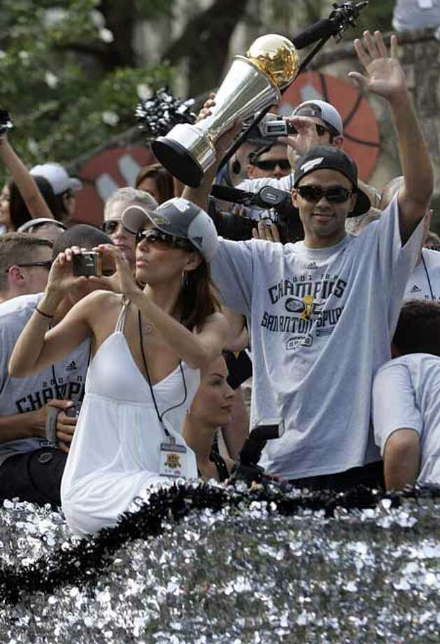 (For 210SA) Eva Longoria takes pictures as Tony Parker greets fans during the Spurs victory parade in San Antonio, Texas on Sunday, June 17, 2007. (ALICIA WAGNER CALZADA/ SPECIAL TO 210SA) Photo: ALICIA WAGNER CALZADA, SPECIAL TO THE EXPRESS-NEWS / Alicia Wagner Calzada