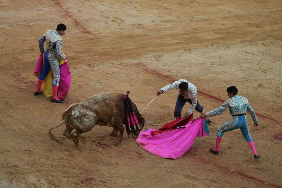 Colombian bullfighter Luis Bolívar, centre, kills a Miura ranch fighting bull during a bullfight of the San Fermin festival in Pamplona, Spain, Monday, July 14, 2014.  Photo: Andres Kudacki, Associated Press / AP