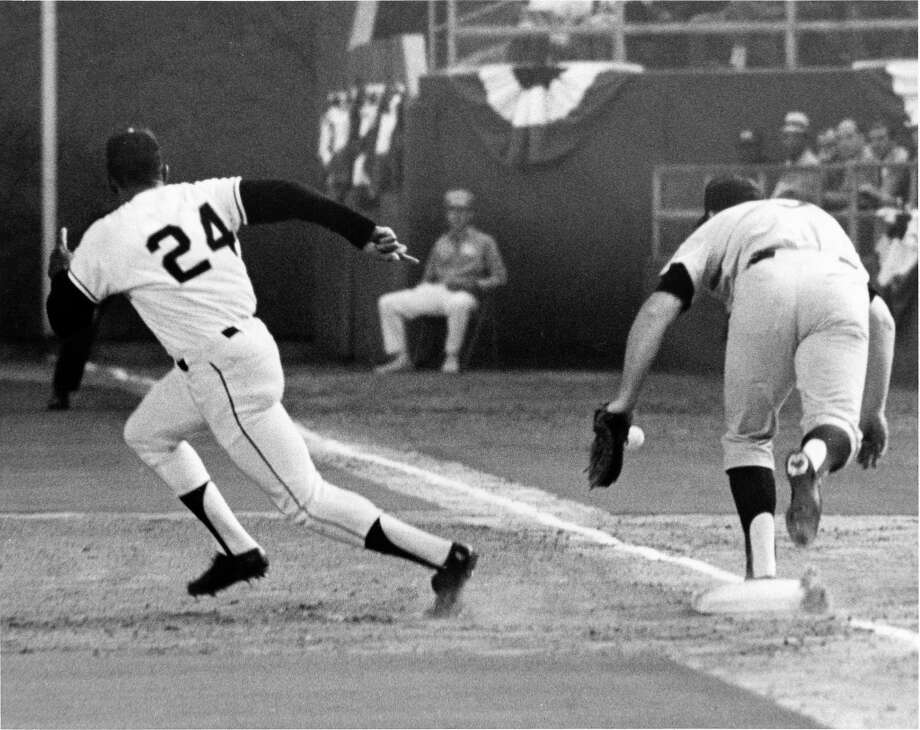 First inning pickoff attempt gets past Twins first baseman Harmon Killebrew in the 1968 All-Star Game. Photo: Jim Cox, © Houston Chronicle