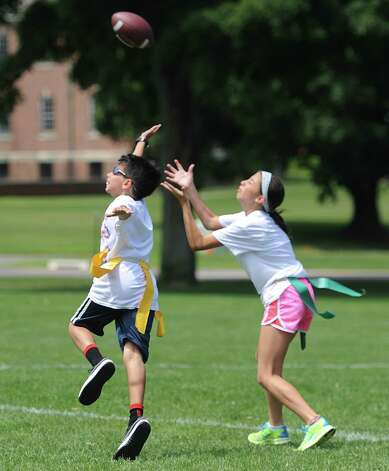 Newtown kids get a hit out of flag football - GreenwichTime