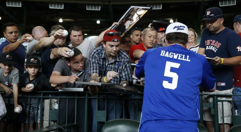 Jeff Bagwell signs autographs for fans. Photo: Karen Warren, Houston Chronicle