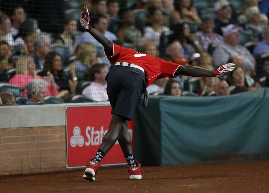 Patrick Beverley bows to the crowd after his home run. Photo: Karen Warren, Houston Chronicle