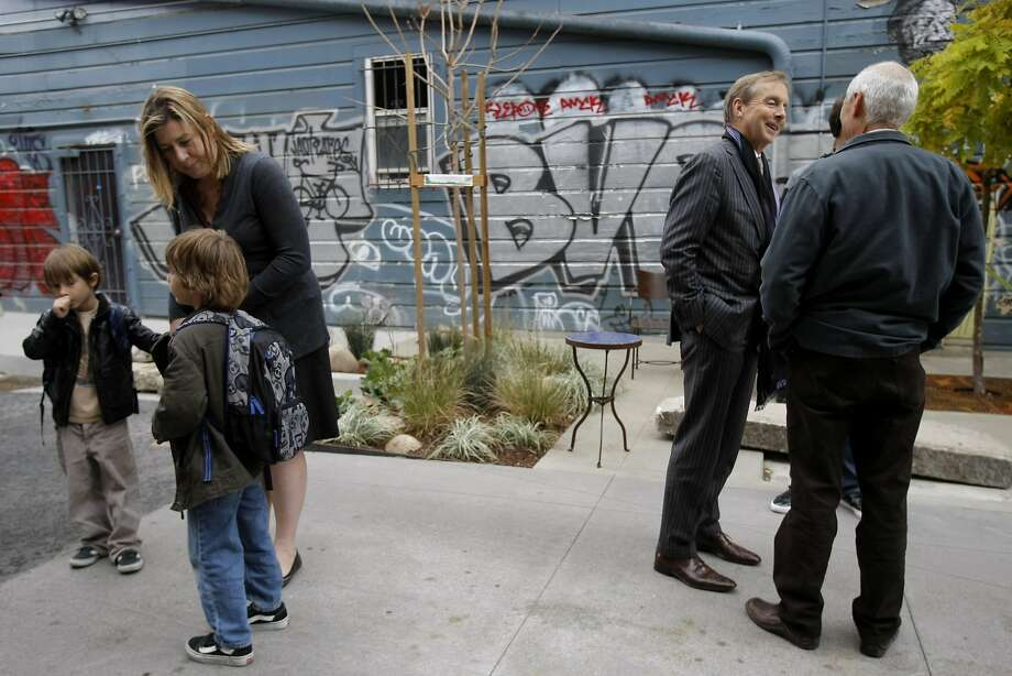 """A portion of Linden Alley was transformed from an unremarkable back street into a welcoming, bustling """"living alley."""" Photo: Michelle Gachet, The Chronicle 2010"""