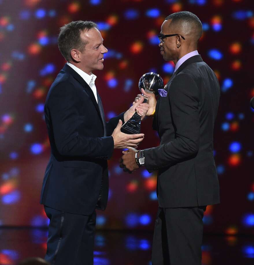 Kiefer Sutherland presents the Jimmy V award for perseverance to Stuart Scott at the ESPY Awards at the Nokia Theatre on Wednesday, July 16, 2014, in Los Angeles. (Photo by John Shearer/Invision/AP) Photo: John Shearer, Associated Press